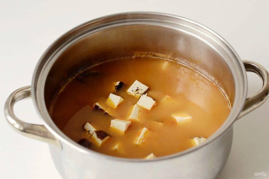 В конце добавьте копченый тофу порезанный кубиками, проварите суп 5 минут.