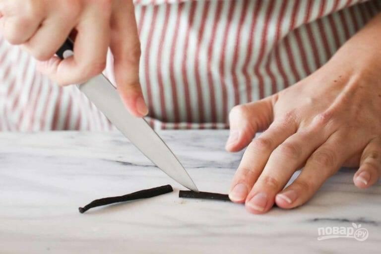 2.Стручок ванили разрежьте пополам и удалите семена тупой стороной ножа.