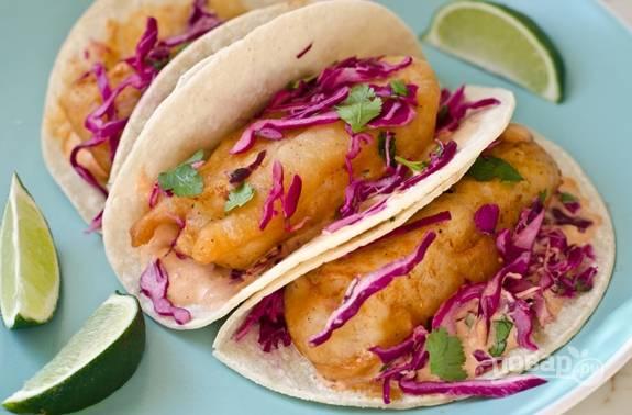 7. Соберите тако. Лепёшки смажьте соусом. Выложите рыбу. Сверху добавьте салат. Всё готово! Приятного аппетита!
