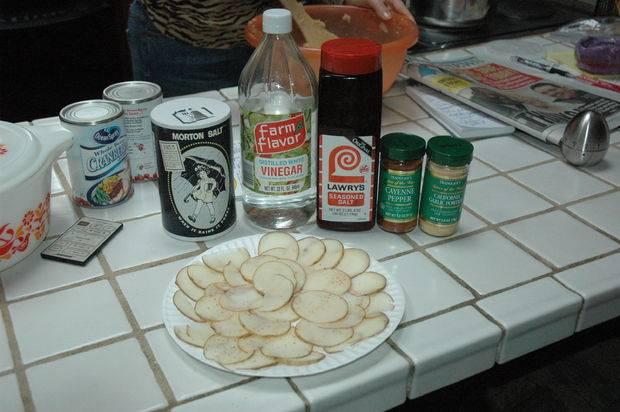 Картофель солим, перчим, посыпаем любимыми приправами. Особенно вкусно с чесночным порошком. Поливаем уксусом. Подготовленные чипсы отправляем в микроволновку. В зависимости от ее мощности выставляем время. Мне хватает 5 минут.