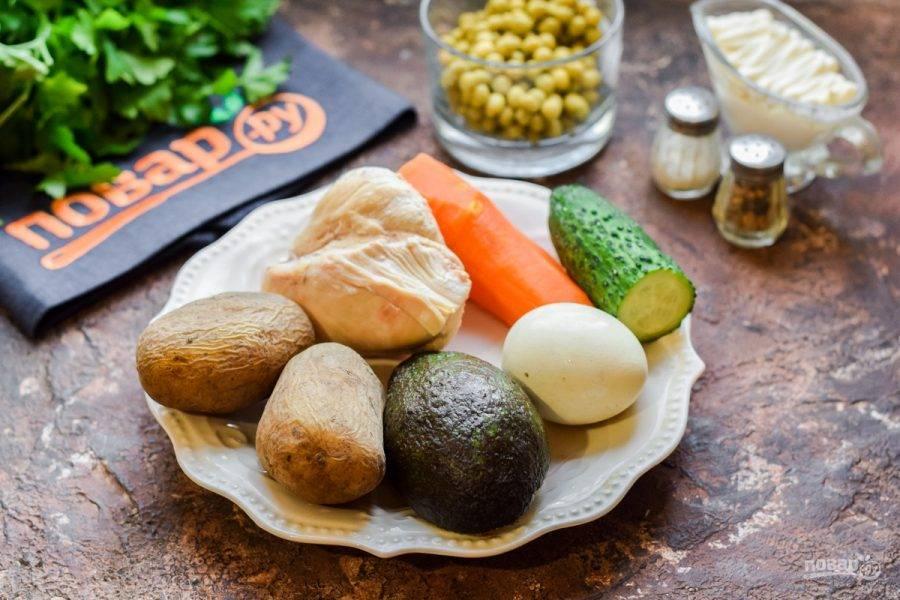 Подготовьте ингредиенты. Филе, яйца, картофель, морковь заранее отварите до готовности.
