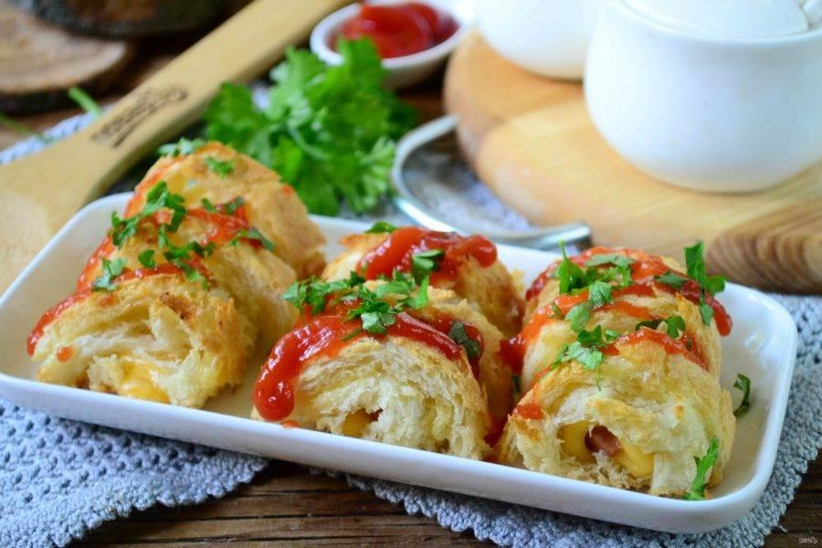 Запекайте хот-доги в духовке при температуре 180 градусов 15 минут. Готовые хот-доги должны стать снаружи золотистыми, и сыр внутри должен расплавиться.