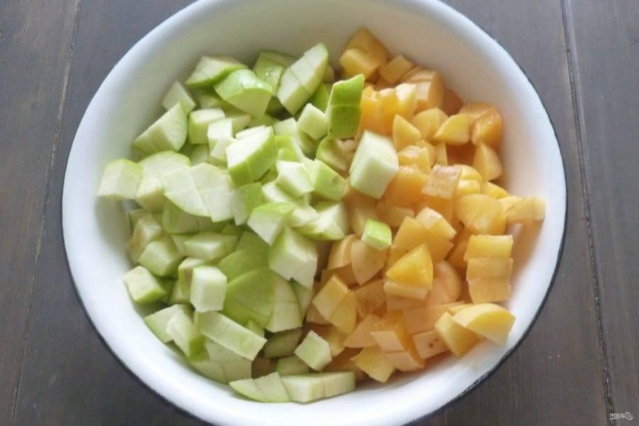 Яблоки и абрикосы нарежьте кубиками.