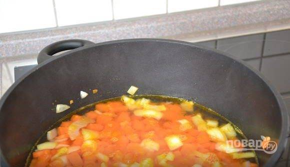 В кастрюле вскипятите овощной бульон. Выложите в него морковь, добавьте нарезанный репчатый лук. Варите овощи пятнадцать минут. За пять минут до готовности добавьте специи и соль, а также курагу.