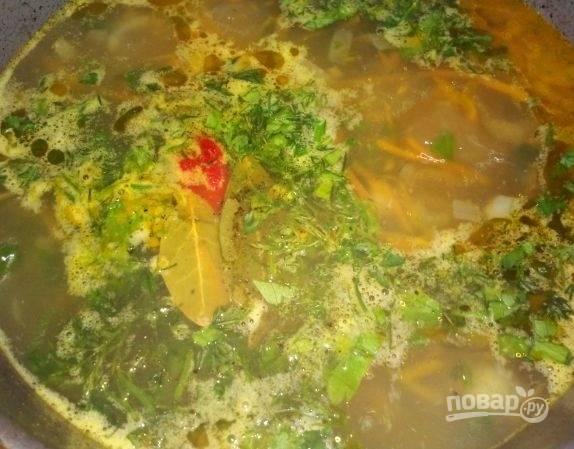 11.Отправляю зелень в суп, по вкусу солю и перчу, кладу половинку перца чили и провариваю около 3-5 минут, затем выключаю.