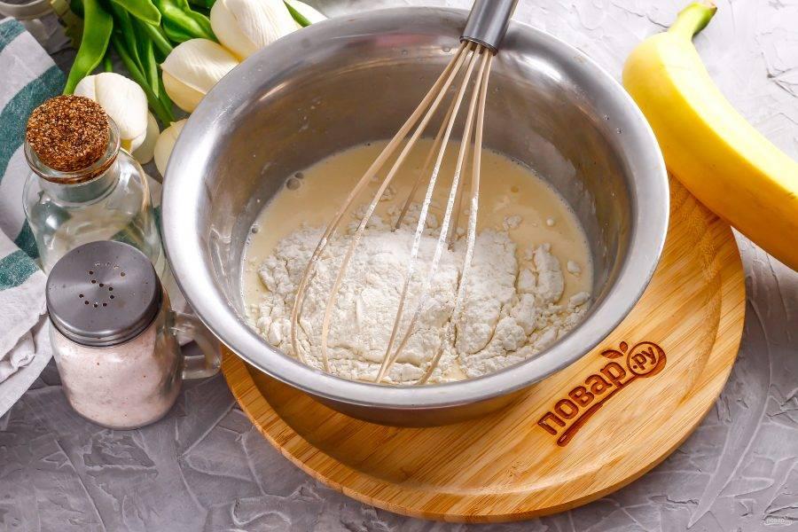 Всыпьте муку и вмешайте ее в яичную массу, не взбивая, чтобы не выпустить пузырьки воздуха. Влейте растительное масло и еще раз перемешайте. По желанию можете добавить ванильный сахар.