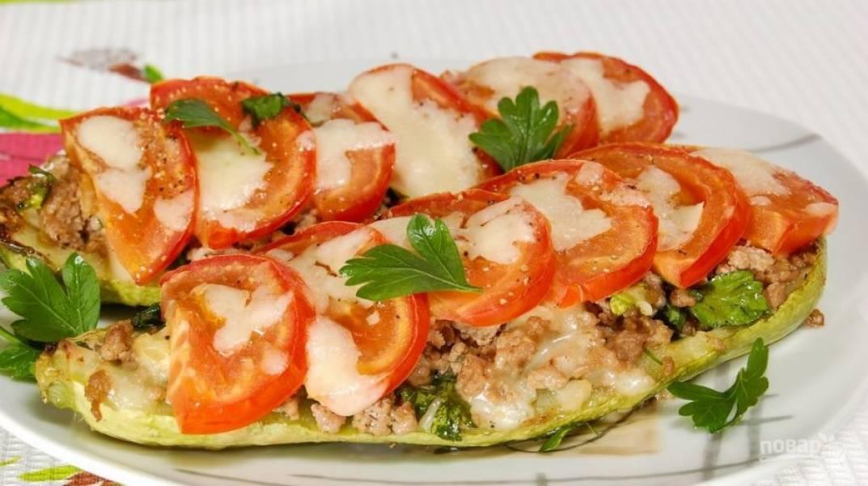 Запекайте фарш с кабачками в духовке при 180 градусах в течение 25 минут. Приятного аппетита!