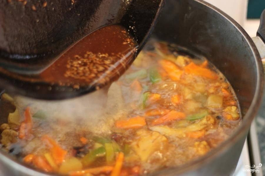 Содержимое сковородки следует добавить в кастрюлю. Затем закройте суп крышкой и варите еще около 5-7 минут на медленном огне.
