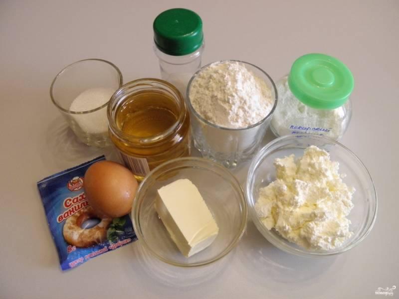 Приготовьте продукты для печенья. Маргарин заранее достаньте из холодильника, чтобы он стал комнатной температуры, топить его не нужно.