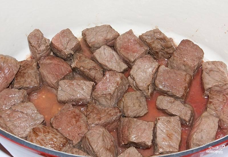 4. Обжаренное мясо переложите в сотейник или кастрюлю с толстым дном. Поставьте на небольшой огонь.