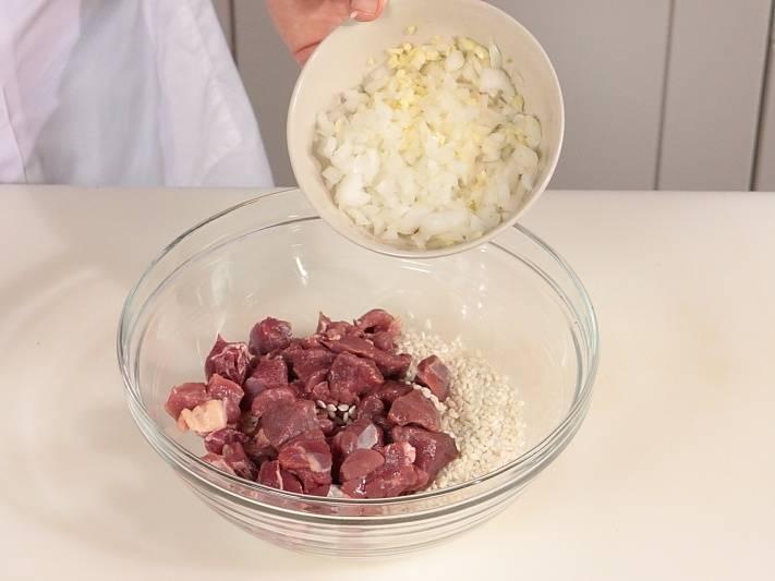 Добавьте порезанный лук и чеснок.