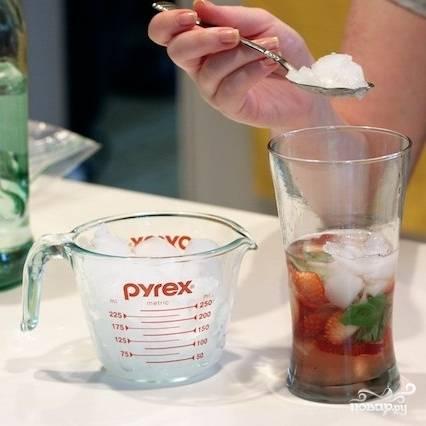 Добавляем в стаканы лед (мелкими кусочками или вообще стружку).