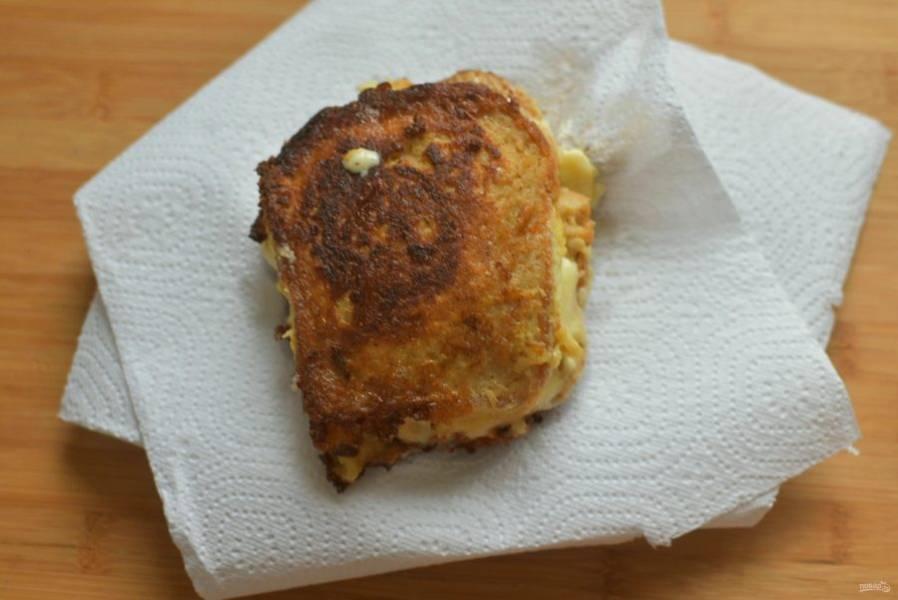 Жарьте  чизбургеры на хорошо разогретой смеси растительного и сливочного масел  с двух сторон. Переворачивайте широкой лопаткой после образования румяной корочки. Готовые чизбургеры выложите на салфетки для удаления излишков масла.