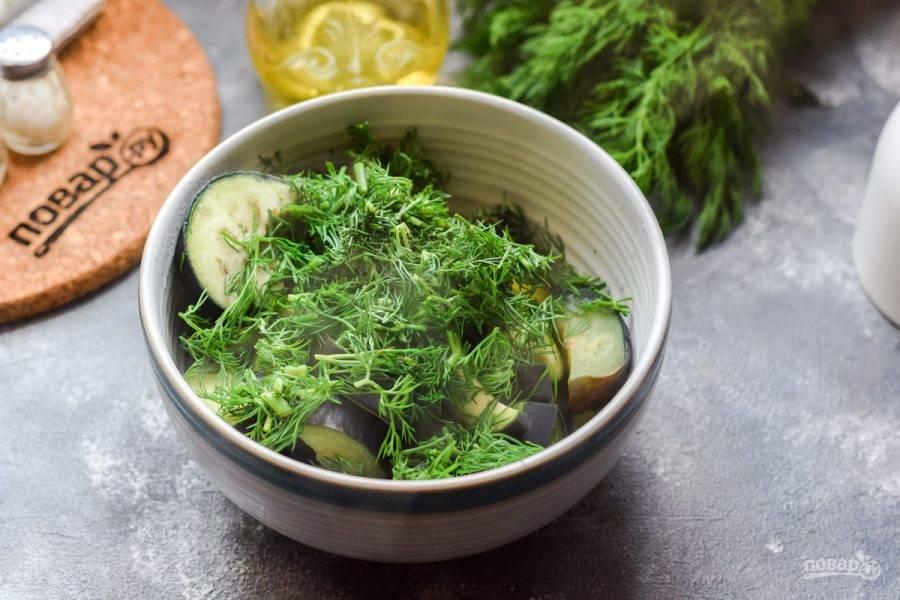 Переложите баклажаны в тарелку, добавьте нарезанный укроп.