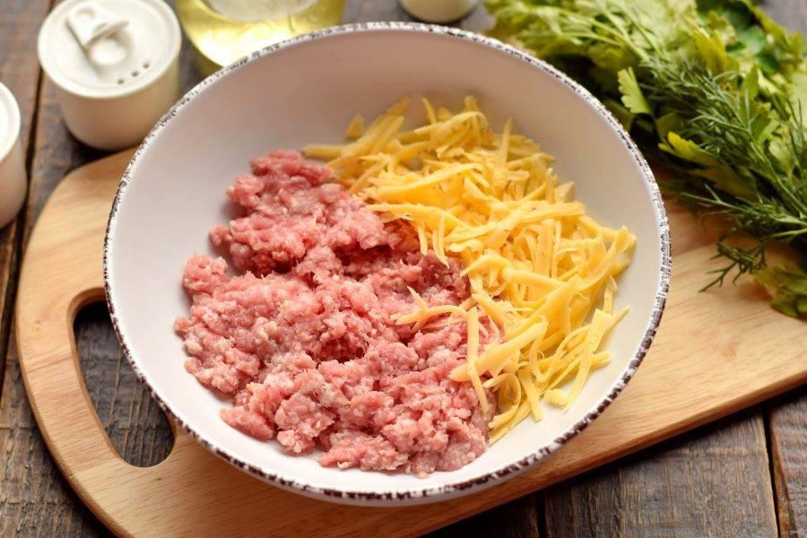 Сыр натрите на крупной терке, добавьте в фарш.