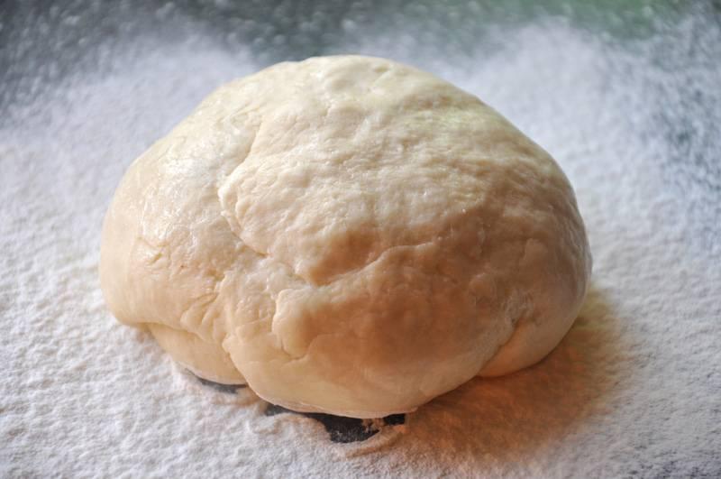 1. Рецепт приготовления лагмана по-узбекски начинается с лапши. Если под рукой не оказалось специальной лапши, а использовать спагетти не хочется, тогда достаточно просто можно приготовить домашнюю лапшу. Для этого необходимо замесить крутое, но эластичное тесто, смешав муку, соль, яйцо и воду. Готовое тесто накрыть и убрать в холодильник на 30-40 минут.