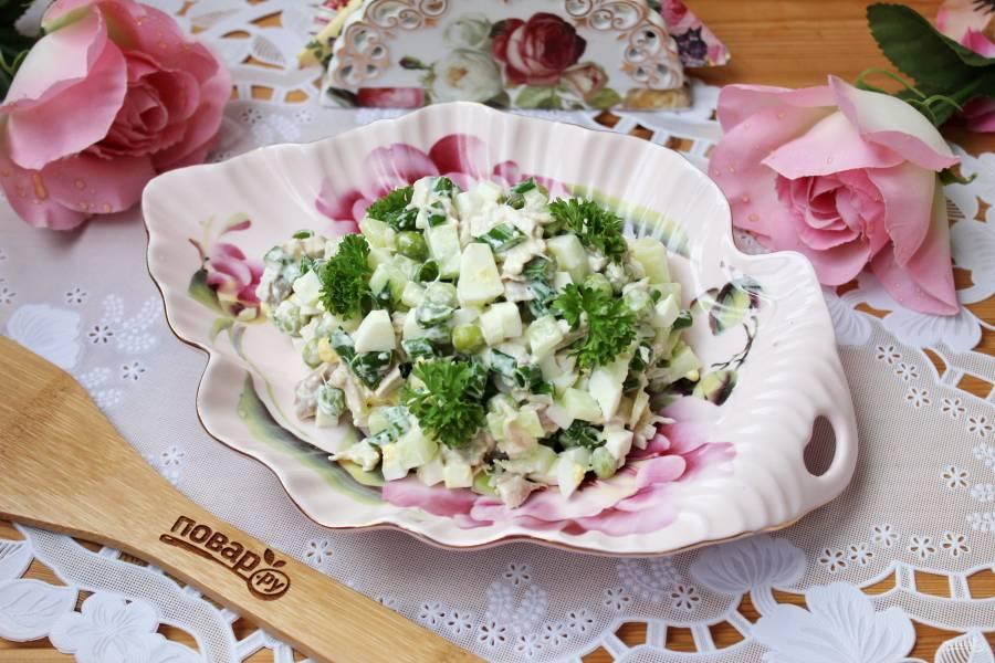 Салат с курицей, зеленым горошком и огурцом