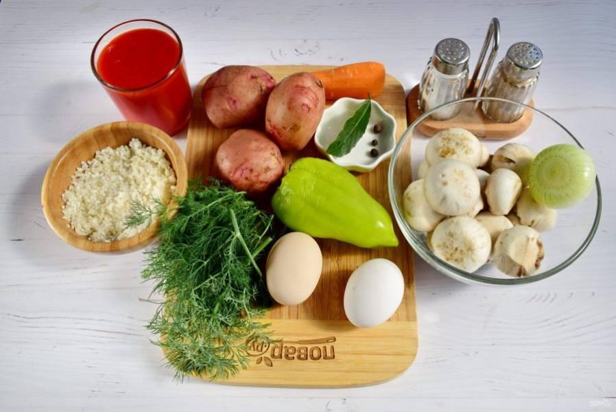 Овощи и грибы вымойте, очистите. Рис промойте до прозрачной воды, откиньте на сито.