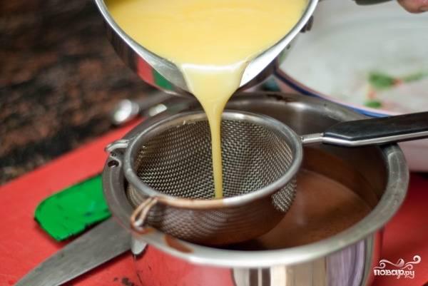 9. Когда смесь заварится, снимите с огня и влейте в шоколадную массу. Для надежности процедите через сито, чтобы не попались комочки.