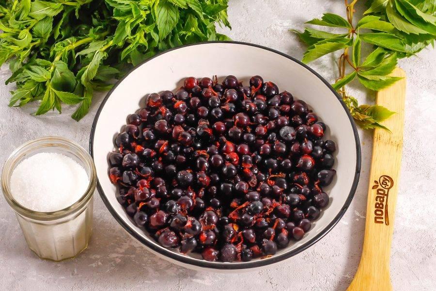 Подготовьте указанные ингредиенты. Расчет ингредиентов указан для емкости 400 мл. Во время варки и остывания количество сока сократится примерно вдвое.