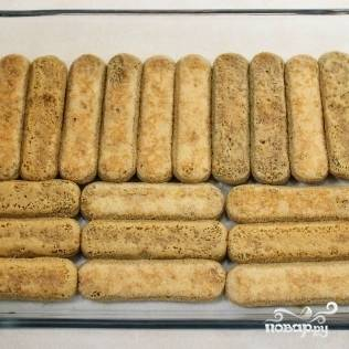 9. Печенье выкладывайте так, чтобы полностью заполнить дно формы.
