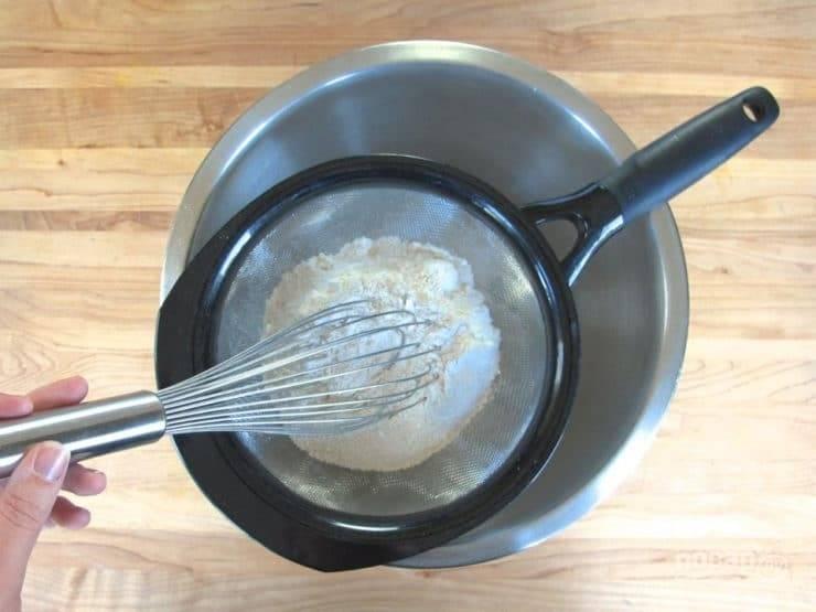 5. Тем же временем просейте через мелкое сито соль, муку, разрыхлитель и соду.