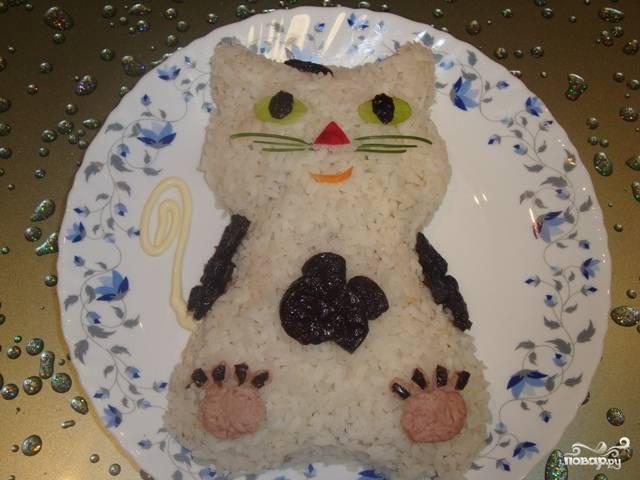 """Теперь украшаем нашего кота. Хвост будет из майонеза, лапки из паштета и чернослива, бантик из чернослива, глазки - зелень с кусочками чернослива, усы - укроп, чёлочка - чернослив. Потрясающий салат """"Кот"""" готов."""
