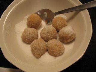 Из теста лепим небольшие шарики и обмакиваем их в сахаре.