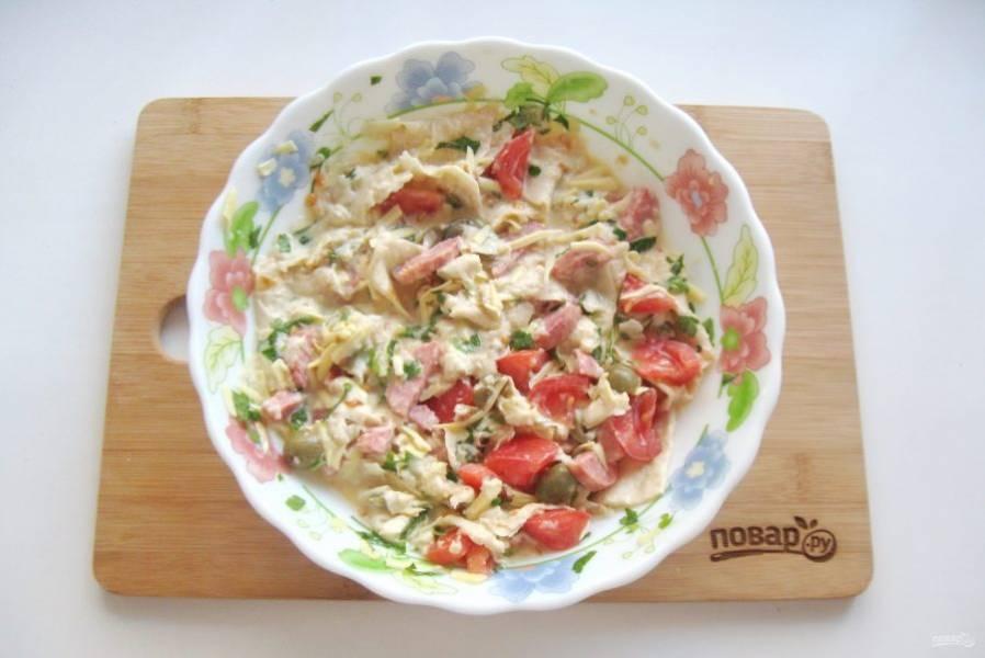 В лаваш с молоком добавьте помидор, сыр, колбаски, оливки и яйца. Хорошо перемешайте.