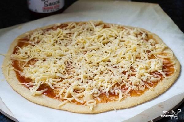 """3. Натрите на средней терке сыр и выложите сверху. В рецепт приготовления пиццы """"Барбекю"""" можете взять любой твердый сыр."""