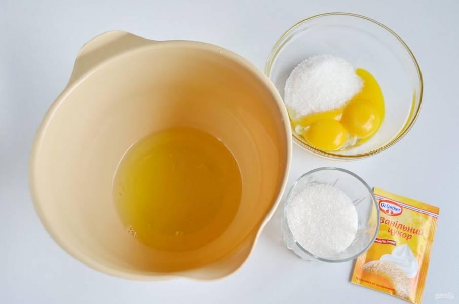 Отделите желтки от белков. Белки взбейте до устойчивых пиков, потом добавьте половину сахара и взбейте снова. В желтки добавьте вторую половину сахара и взбейте массу до посветления. Ванильный сахар можно добавить в желтки во время взбивания.