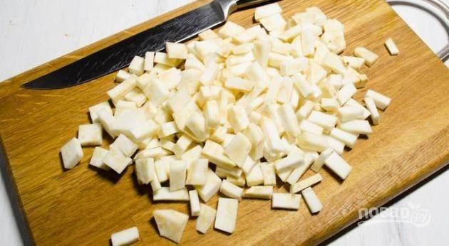 Корень сельдерея чистим и тоже нарезаем кубиком.