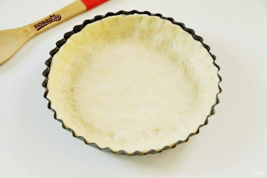 Достаньте тесто и руками распределите по смазанной маслом форме, формируя высокие бортики.