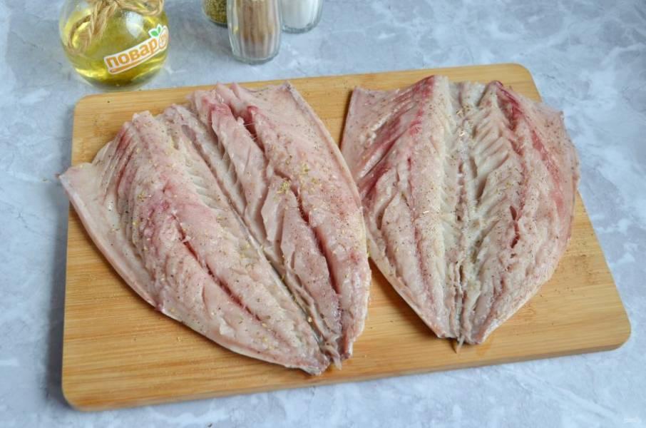 3. У рыбки удалите хребет, косточки. Посолите, поперчите, притрусите любимыми специями ( у меня орегано), можно сбрызнуть лимонным соком, если любите.