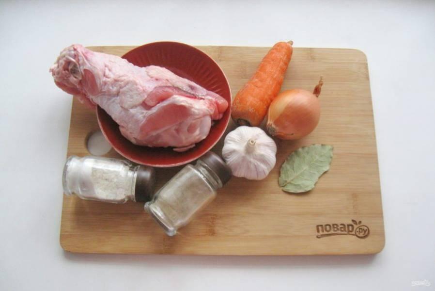 Подготовьте ингредиенты для приготовления холодца.