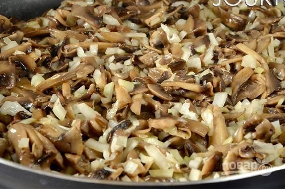 Добавляем лук, перемешиваем и обжариваем до легкого золотистого цвета лука.