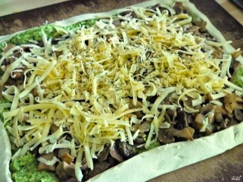 3. Отдельно обжарим на растительном масле грибы вместе с луком и специями по вкусу. Выкладываем поверх зеленого слоя, и сверху обильно присыпаем тертым сыром.