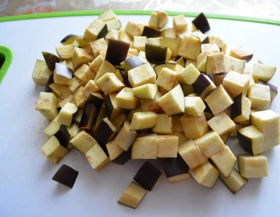 2. Затем баклажаны нарежем кубиками и посолим. Пока готовится маринад, баклажаны как раз немного пустят сок, горечь уйдет.
