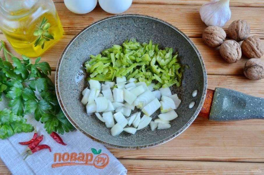 Порежьте некрупно лук и болгарский перец, обжарьте до готовности на растительном масле.