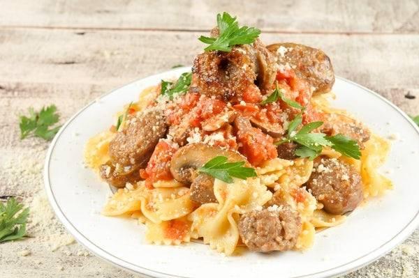 6. Перед подачей смешайте макароны с соусом, грибами и сосисками. Сверху натрите пармезан и добавьте зелень. Приятного аппетита!