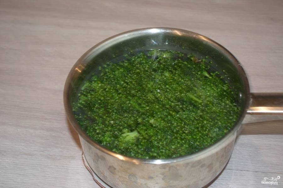 В кипящей воде отварите брокколи. Воду нужно подсолить хорошо. Время варки капусты — 5-7 минут.