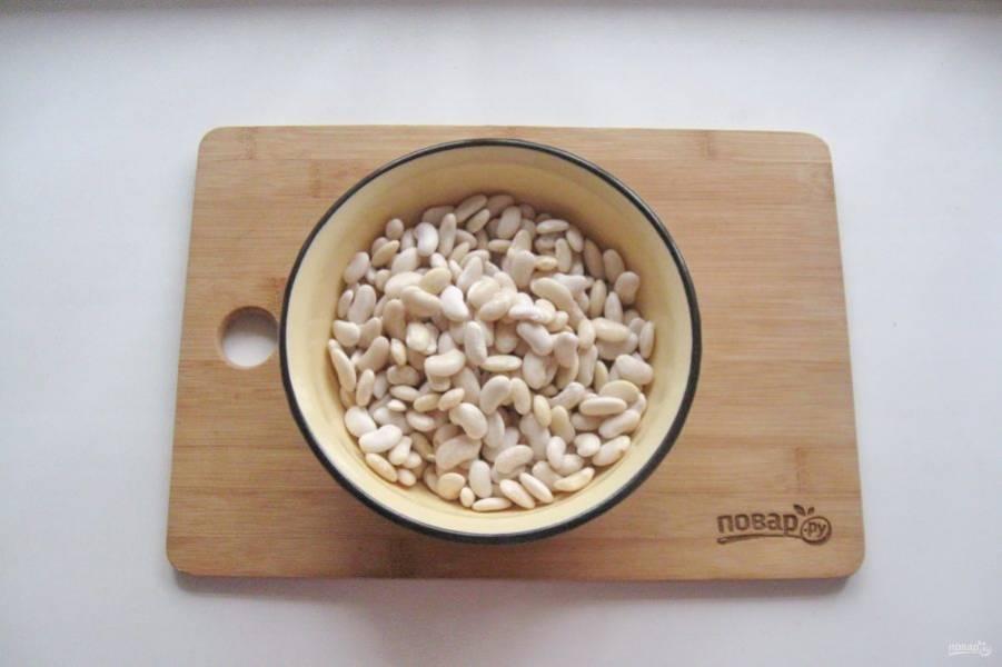Фасоль хорошо помойте и залейте кипяченой, холодной водой на несколько часов или на ночь.