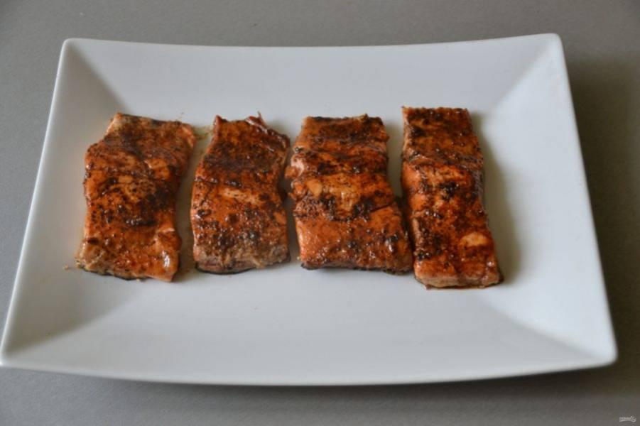 Переложите обжаренные кусочки рыбы на тарелку.