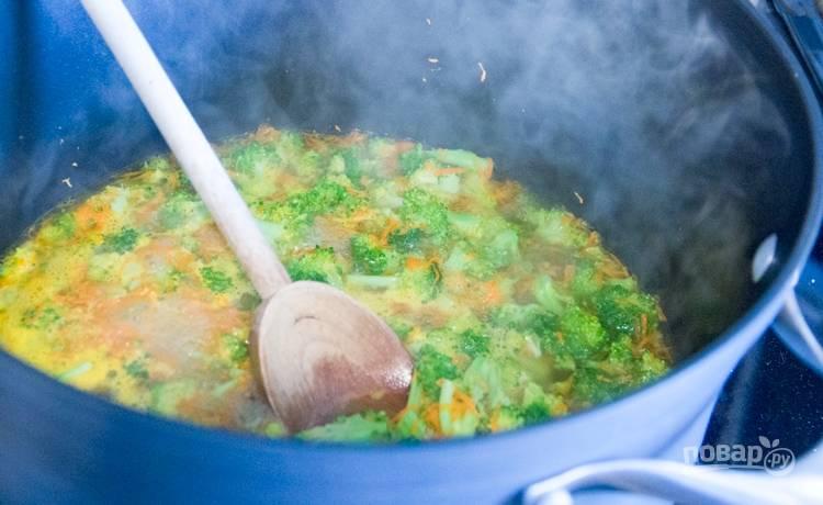 Теперь отдельно на масле обжарьте морковь с брокколи до мягкости, добавьте бульон, мед, горчицу, прокипятите пару минут.
