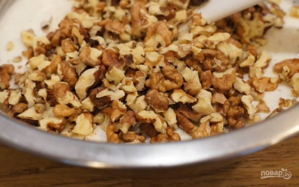 Грецкие орехи чистим от скорлупы, выкладываем на дощечку и при помощи острого ножа измельчаем. Не нужно делать мелкую крошку, в печенье должны быть кусочки.