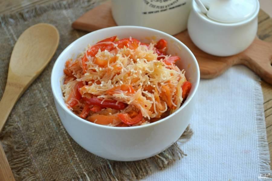 Салат с фунчозой и овощами готов. Выложите его в глубокую тарелку, посыпьте семечками кунжута. Подавайте горячим.