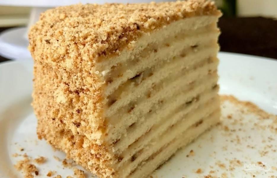 5. Коржи перемажьте кремом, также затяните кремом бока и верх торта. Посыпьте торт измельченным печеньем и орехами. Оставьте торт на ночь в холодильнике. Приятного аппетита!