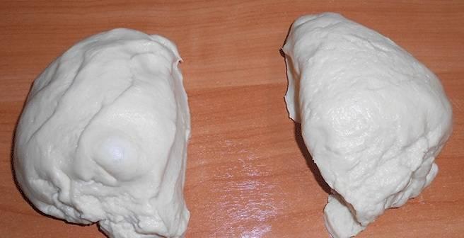 3. Разделяем тесто на две части: одна будет в качестве основы, а другой частью мы закроем пирог. Раскатываем первую часть и выкладываем на противень или в форму, где будем запекать пирог.