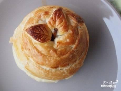 Запеченное яблоко в слоеном тесте