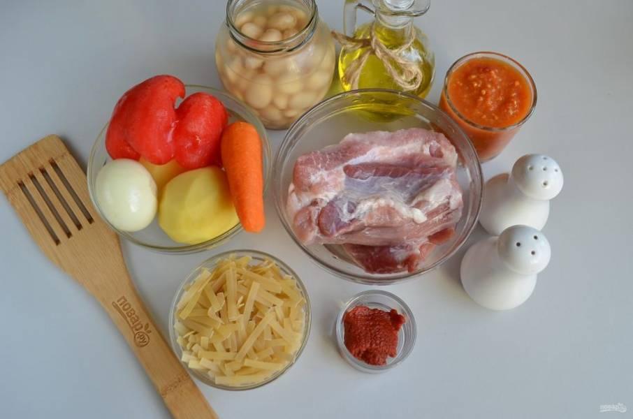 Подготовьте продукты для супа. Очистите овощи, промойте. Мясной бульон доведите до кипения.